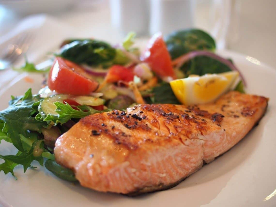 Gebratenes Lachsfilet mit Salat