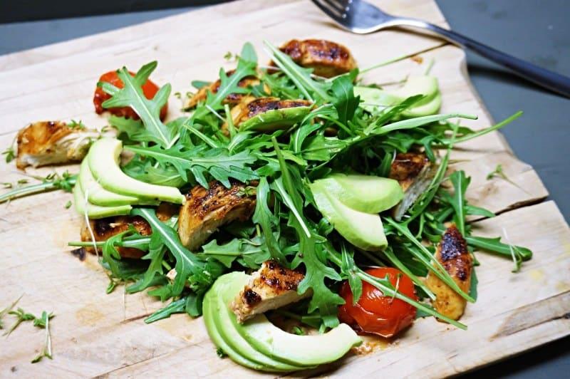 Gesundes BBQ-Rezept für Hühnchen-Salat mit Avocado für die anstehende Grillparty! Health BBQ Chicken Salad